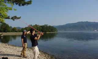 投げ釣りスタート。「手前にカキが多いから少し遠めに。巻き上げる時には両腕を伸ばして」。釣り場の特徴や釣れどき情報を熟知したガイドがアドバイスします。
