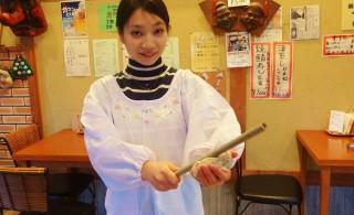 ①生地を竹の棒にくっつけていきます。体験では割烹着を着るので汚れる心配もありません。