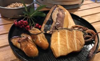 久美浜の牡蠣、伊根のブリ、旬のイカを燻製にします。