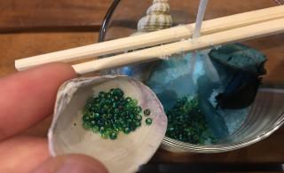 グラスに、カラーサンドや貝殻をいれていきます!