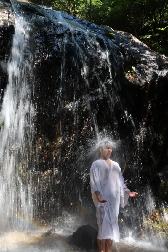 滝に打たれる成人男性